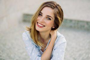 chica sonriendo después de un blanqueamiento dental