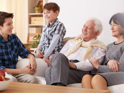 pensionistas disfrutando de las prótesis dentales