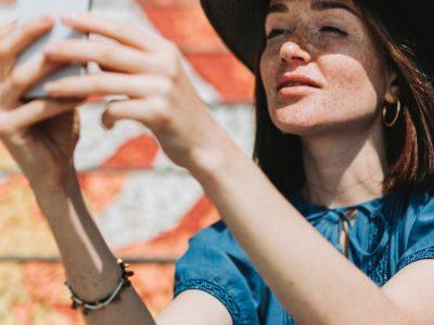 selfie de mujer después de blanqueamiento