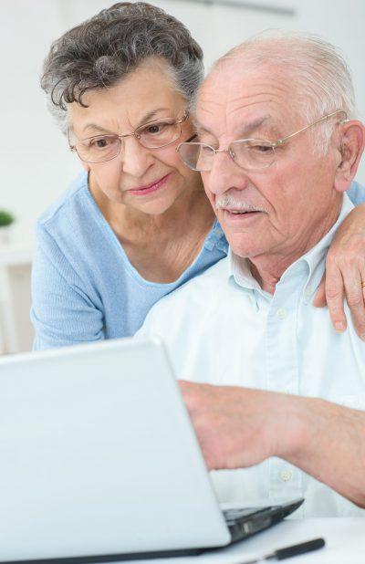 pensionistas buscando prótesis dentales