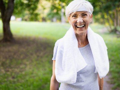 mujer mayor sonriendo en clinica euroden